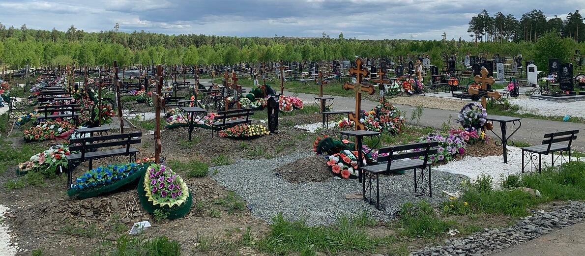 Новые могилы на кладбище